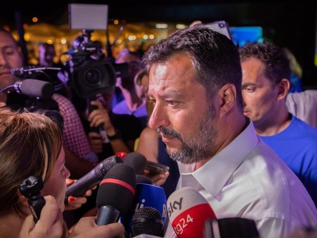 """Moscopoli, Salvini non risponde al giornalista di Report e lo insulta: """"Lei è un maleducato"""""""