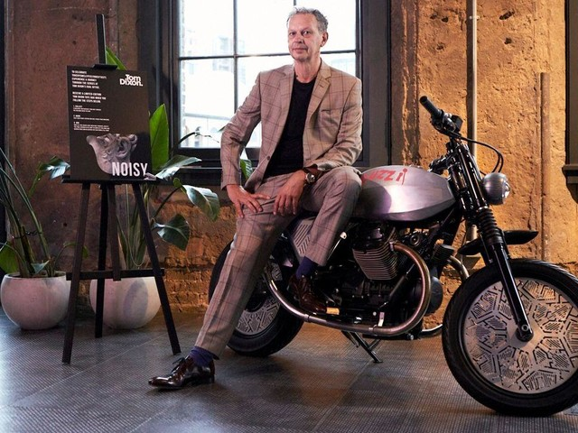Moto Guzzi V7 Tomoto star del London Design Festival