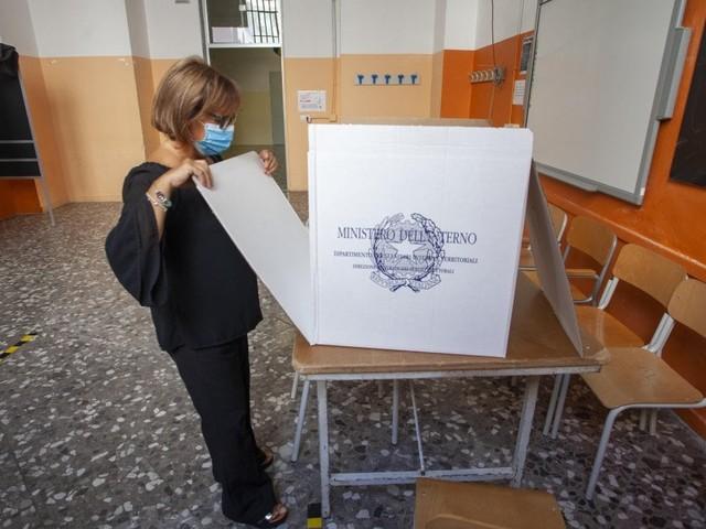 Genova, trovati 800 sostituti scrutatori dopo l'appello social