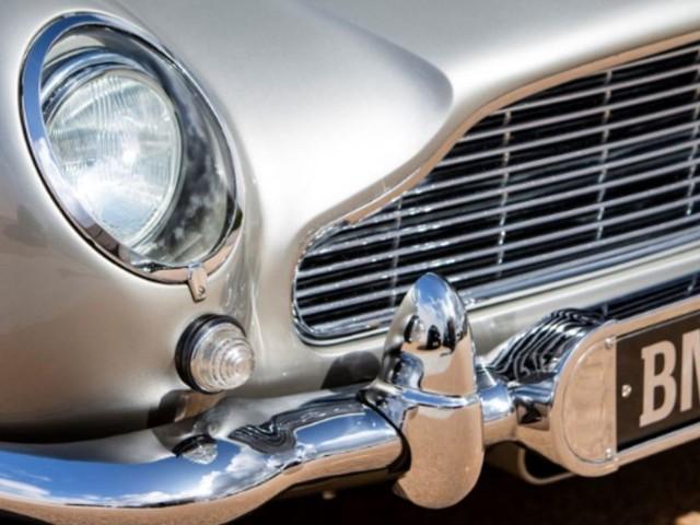 La Aston Martin di James Bond va all'asta insieme a tutti i gadget