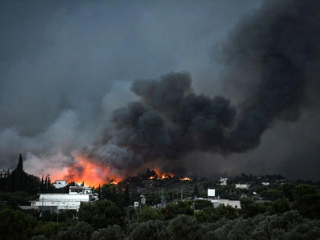 Atene, dopo gli incendi anche l'alluvione. E il governo incolpa chi ha perso tutto
