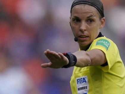 Supercoppa europea, la Frappart fa la storia: prima donna ad arbitrare una finale, promossa a pieni voti