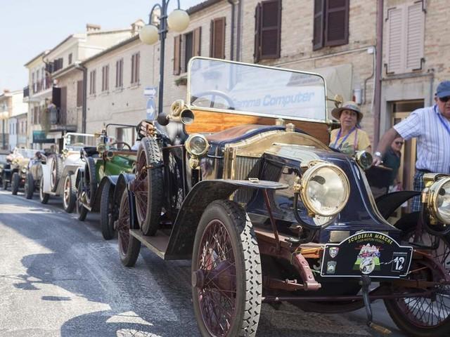 """Il raduno d'auto d'epoca """"Sibillini e dintorni"""" ai nastri di partenza: prima tappa ad Appignano"""