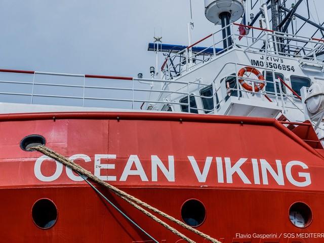 Assegnato un porto alla Ocean Viking con 374 migranti a bordo: domani arriverà ad Augusta