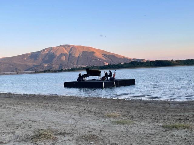 Campotosto: che magia Einaudi che accarezza il lago