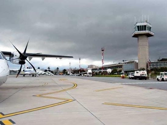 """Atterraggio di emergenza a Rimini per aereo militare Usa: """"Possibile anomalia a un'ala"""""""