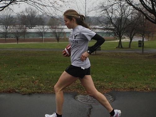 Non sa di essere incinta, fa jogging per 7 km e partorisce: la storia sconvolgente