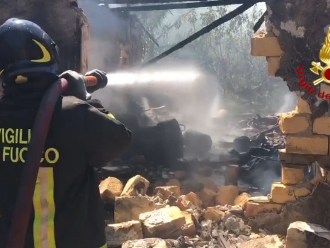 Palermo, bombole esplose in un magazzino: il video dell'intervento dei vigili del fuoco