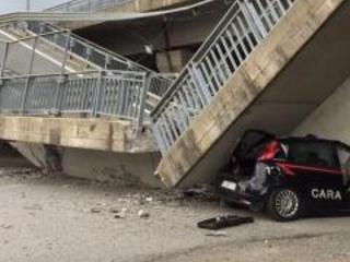Fossano, crolla cavalcavia su auto dei Carabinieri: illesi