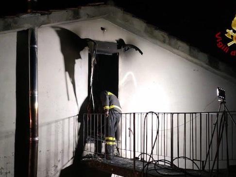 Lucca, incendio a Borgo a Mozzano: morta una 14enne. Poi la madre coinvolta in un incidente stradale