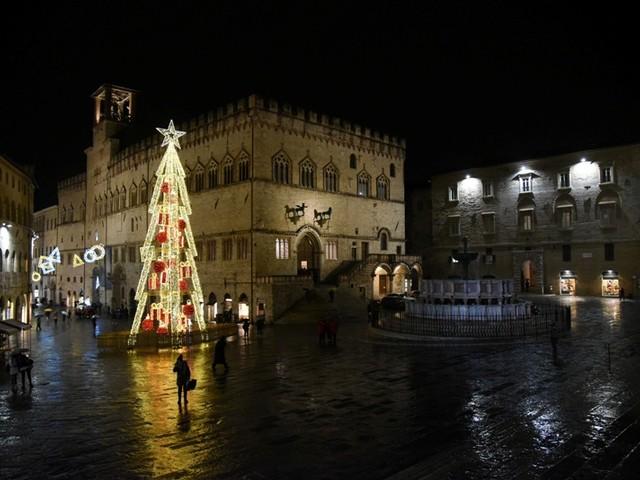 Perugia, acceso il grande albero in piazza IV Novembre | Le foto