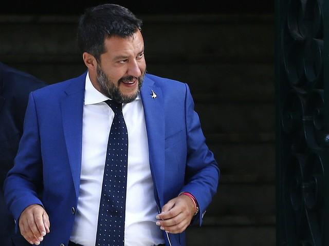 """Open Arms, 17 giorni in mare con 107 migranti. Salvini attacca: """"Li tengono in ostaggio"""""""