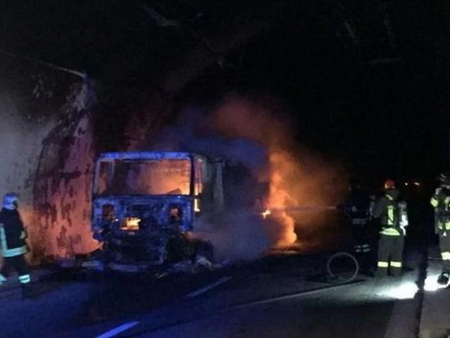 Savona, tir in fiamme in galleria: auto intrappolate, 32 in ospedale