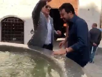 """Salvini in visita a Gubbio prende la patente """"da matto"""""""