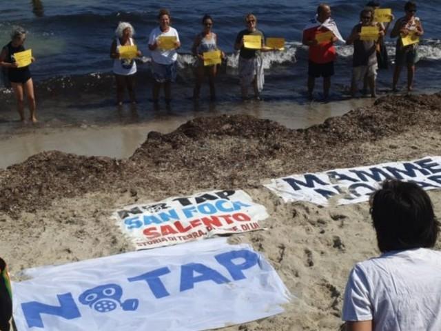 """""""Fuori dal fossile"""", flash mob nazionale sul litorale adriatico da nord a sud. A San Foca attivisti in spiaggia contro Tap"""