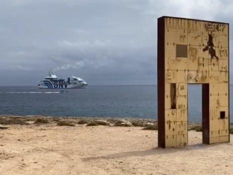 """Lampedusa, al via il trasferimento di migranti sulla """"Rhapsody"""": priorità per i positivi al coronavirus"""