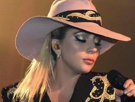 """Annullati 10 concerti di Lady Gaga in Europa tra le proteste dei fan: """"Devastata, ma la salute viene prima"""""""