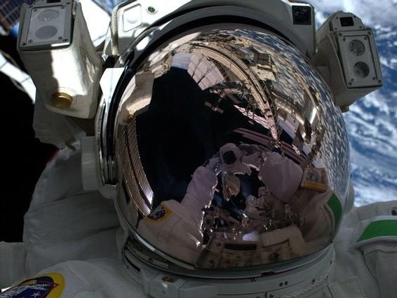 Luca Parmitano pubblica splendida foto della passeggiata spaziale: Terra e ISS in uno scatto