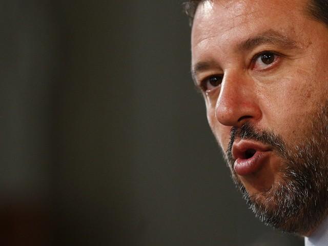"""Salvini contro Renzi: """"Prima Grillo gli faceva schifo, oggi ci fa il governo"""""""
