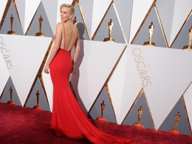 Charlize Theron, 45 anni in 45 look mozzafiato della più tosta di Hollywood