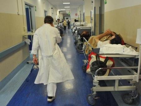 Metteva farmaci e sostanze tossiche nel cibo del marito in ospedale per ucciderlo: scoperta e arrestata