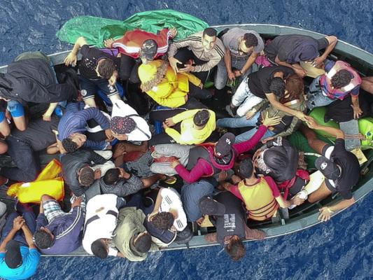 Barca con 50 donne e 30 bambini alla deriva al largo della Libia