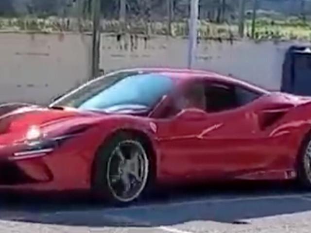 Bimbo di 11 anni alla guida di una Ferrari: sui social è polemica