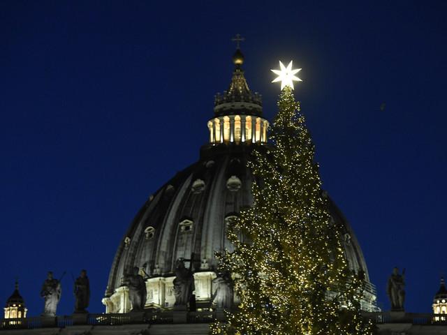 Le suggestive immagini dell'albero di Natale e del presepe inaugurati oggi in Piazza San Pietro [GALLERY]