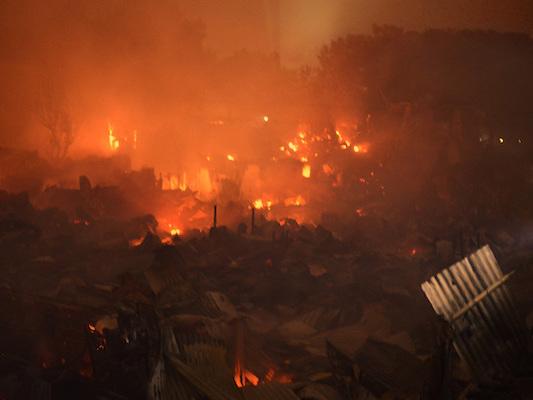 In Bangladesh circa 3mila persone sono rimaste senza casa dopo un grosso incendio in una baraccopoli