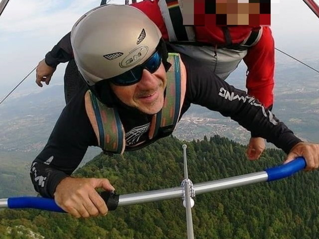 Treviso, non si lega con la cintura di sicurezza e precipita: muore pilota di deltaplano, illesa a donna con lui