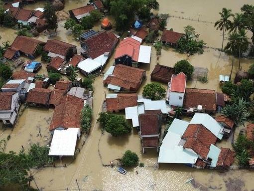 Inondazioni e frane nel centro del Vietnam, almeno 90 morti