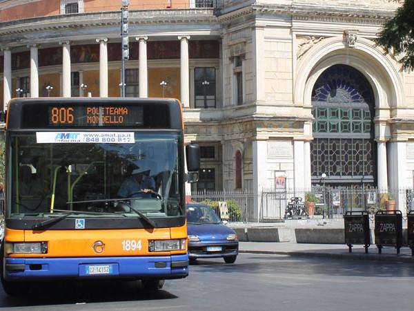 Senza biglietto sul bus in due aggrediscono il controllore insultandolo e spintonandolo