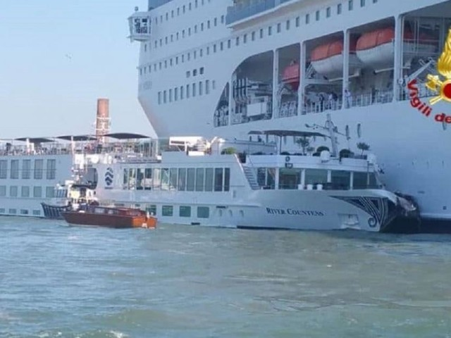 Venezia, nave da crociera si scontra con un battello di turisti: ci sarebbero 5 feriti