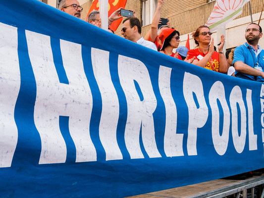È stata sospesa la cessione dello stabilimento Whirlpool di Napoli