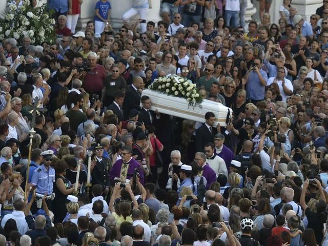 Folla commossa a funerali Nadia Toffa. Don Patriciello: ''Da sempre vicina ai più deboli''
