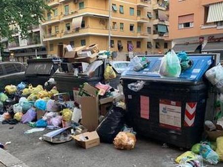 Rifiuti, a Roma un netturbino su tre è inabile: non raccoglie i rifiuti