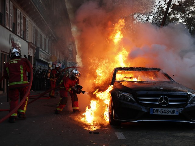 La piazza piega Macron, via la legge sui poliziotti
