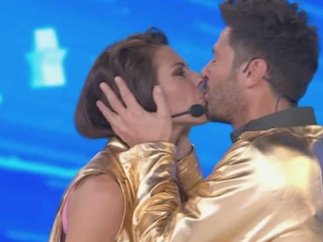 Pamela Camassa e Filippo Bisciglia si baciano ad Amici Celebrities: i due sono in finale | video Witty tv