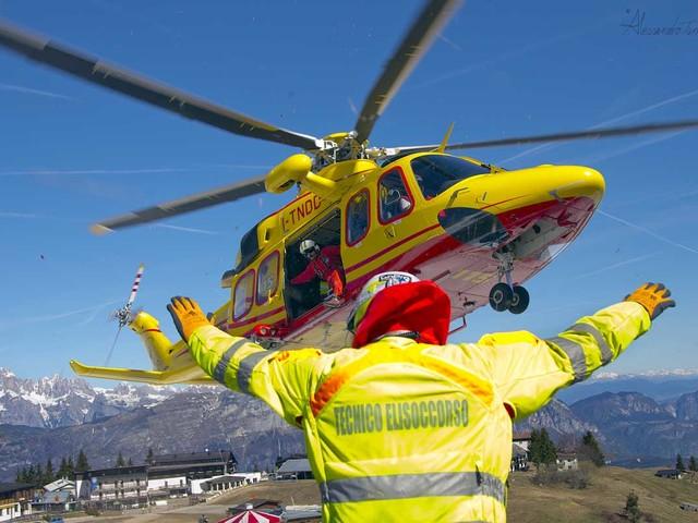 Slavina sul Monte Altissimo provocata da due scialpinisti uno travolto, soccorso in elicottero