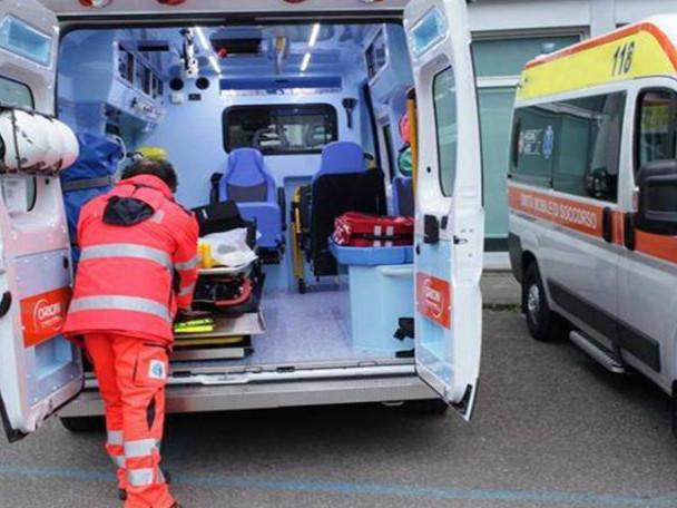 Gravissimo incidente sulla SS131, un'auto va a sbattere contro un albero: un morto e due feriti