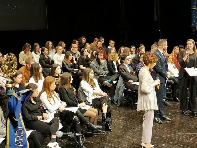 Macerata, Al Liceo Giacomo Leopardi emozionante cerimonia per la consegna dei diplomi e la premiazione delle eccellenze