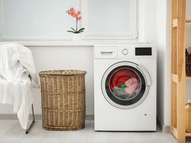 Come pulire la lavatrice a costo zero, solo con un bicchiere di aceto di mele o di vino bianco