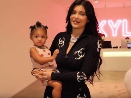 Kylie Jenner canta Rise and shine: la reazione dei VIP ed i meme più belli
