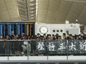 Hong Kong: aeroporto occupato da 5mila manifestanti. La polizia schiera cannoni ad acqua