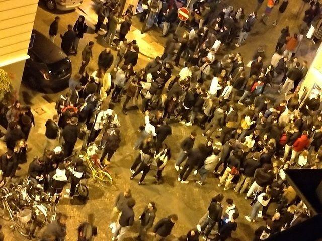 Movida in centro storico, avanti tutta sempre senza mascherine. I residenti: «La legge non è uguale per tutti»