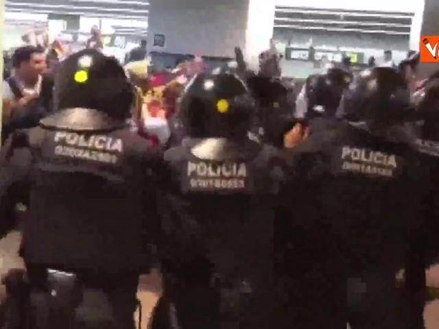 Scontri all'aeroporto di Barcellona tra indipendentisti catalani e polizia