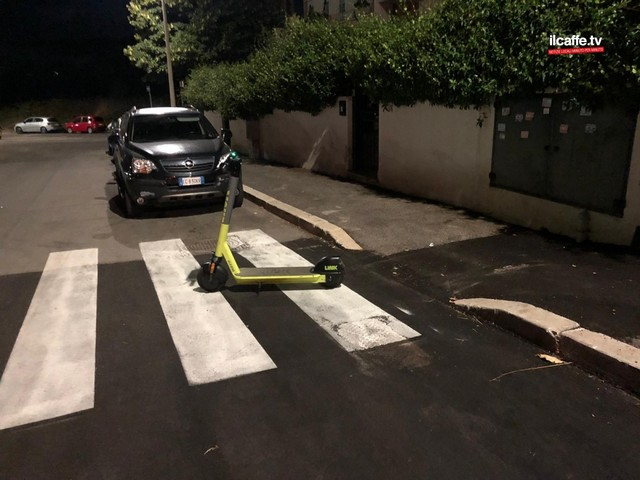 """Monopattini a Pomezia: già 6 multe a minorenni, e c'è il parcheggio """"selvaggio"""""""