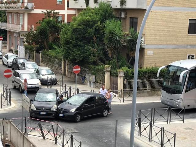 Pomezia, rifanno l'asfalto ma non la segnaletica: 3 incidenti in 3 giorni (FOTO)