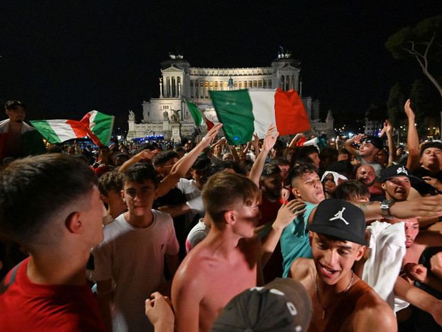 La festa, i caroselli e i cori nelle città di tutta Italia