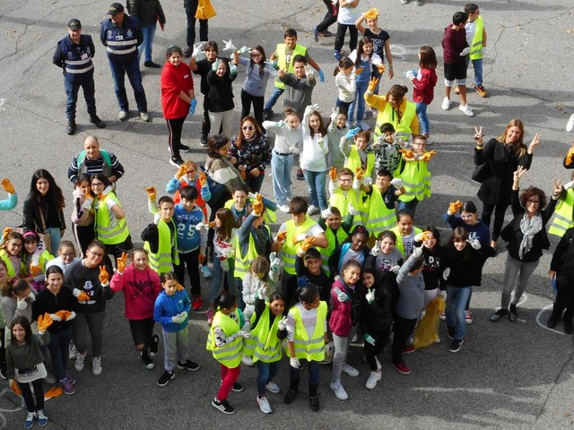 Viadana, scuola Parazzi impegnata nella raccolta rifiuti. Zucchini ringrazia gli studenti